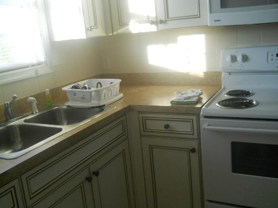 Shore Stay Suites: Kitchen