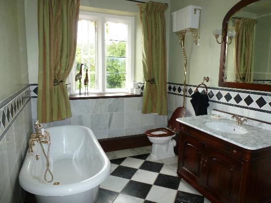 Claridges Farmhouse: Shared bathroom on 1st floor