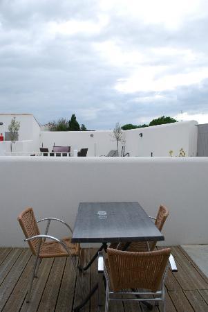 Hôtel Fleur de Ré : petite terrasse et piscine derrière le mur