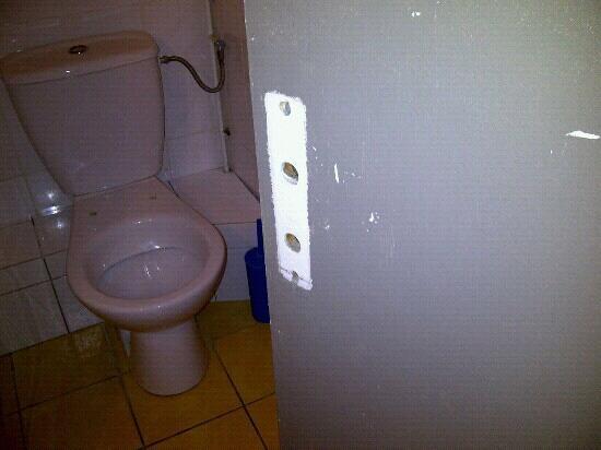 Abasun Hotel Montpellier Centre: toilettes sans lunette et porte sans poignee