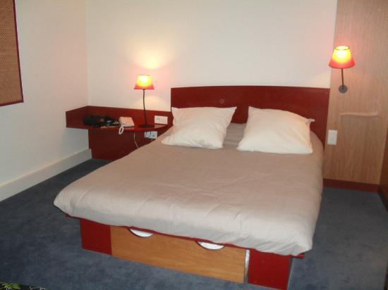 Novotel Suites Nice Aeroport: lit pour deux personnes avec un tiroir aux pied pour 1 couchage en plus.