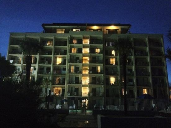 Econo Lodge Inn & Suites Beach: Beachside picture of Comfort Inn & Suites at night.