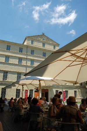 Restaurant L'insensé : La terrasse devant le musée fabre