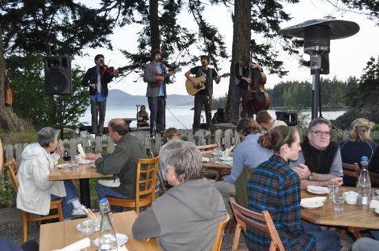 Doe Bay Resort & Retreat: outside diners with band