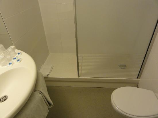 Lavabo douche wc sportgogo juin 2012 photo de ibis for Ibis budget douche dans la chambre