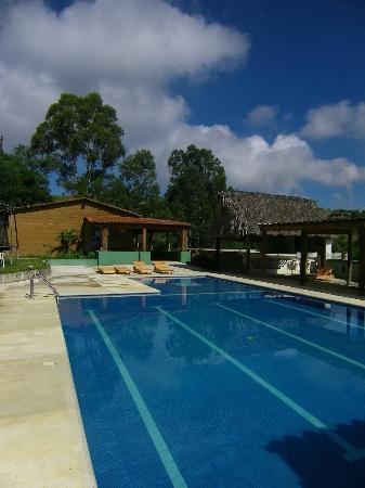 La Villada Inn: Vue de la gigantesque piscine et au fond de l'espace de restauration