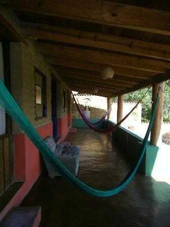 La Villada Inn: Les hamacs mis à disposition devant la chambre