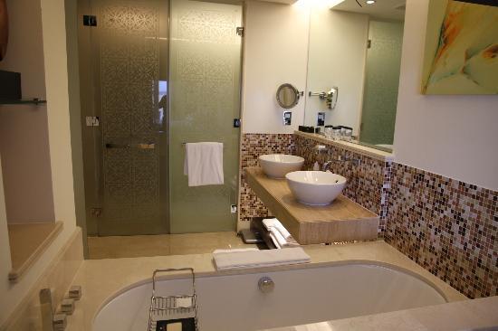 Address Downtown: Sehr geräumiges Bad mit separater Dusche und WC