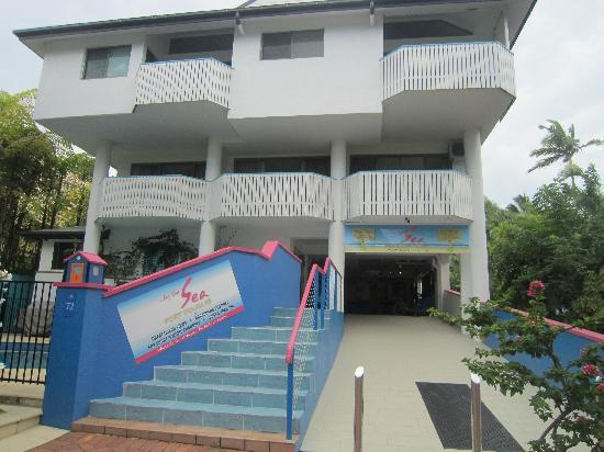 By The Sea Port Douglas: Hotel Front
