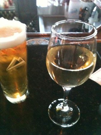 Fore Seasons Restaurant : frosty honey weiss & glass of Pino at the bar