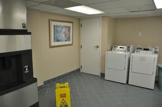 La Quinta Inn & Suites Durham Chapel Hill: Sala de labadoras y maquina de hielo