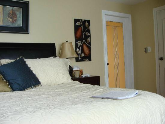 KeriGlen Lake View Bed & Breakfast: Bedroom with door to en suite bathroom
