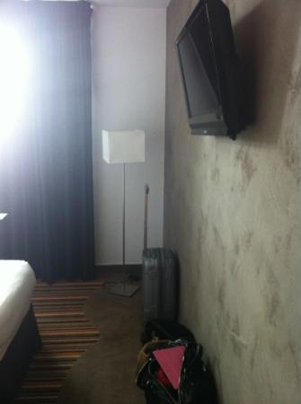 Brit Hotel Atalante Beaulieu: mur en béton cire superbe