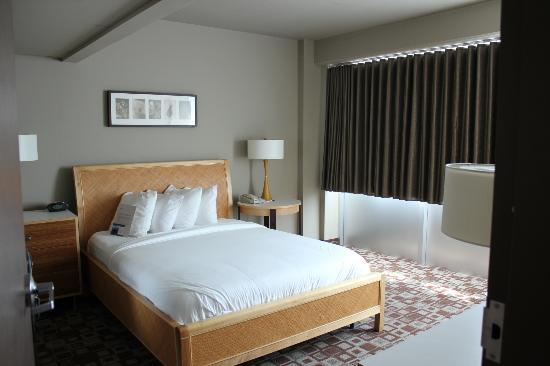 The State House Inn - an Ascend Collection Hotel: Queen bedroom area