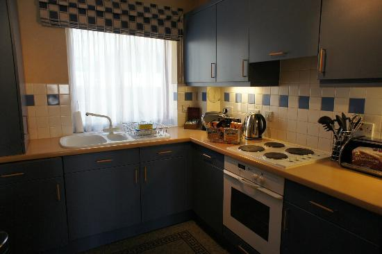 The Knight Residence by Mansley Serviced Apartments: kitchen (which included a washing machine and dryer)