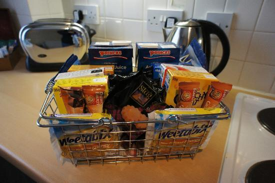 The Knight Residence by Mansley Serviced Apartments: Basket of goodies (gratis) provided