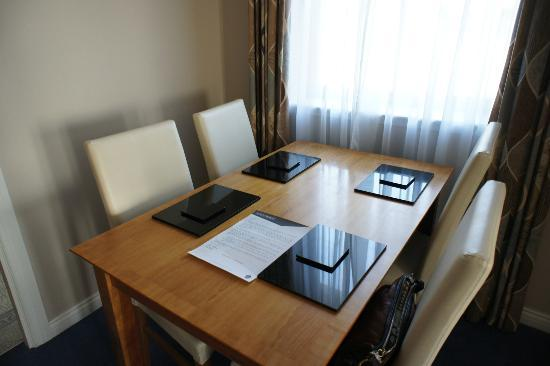 The Knight Residence by Mansley: dining table/area