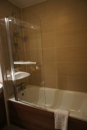 The Knight Residence Edinburgh by Mansley Serviced Apartments: shower