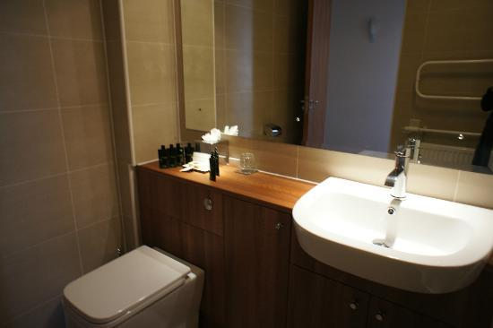 The Knight Residence Edinburgh by Mansley Serviced Apartments: bathroom vanity