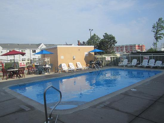 Motel 6 Buffalo Airport: outdoor pool