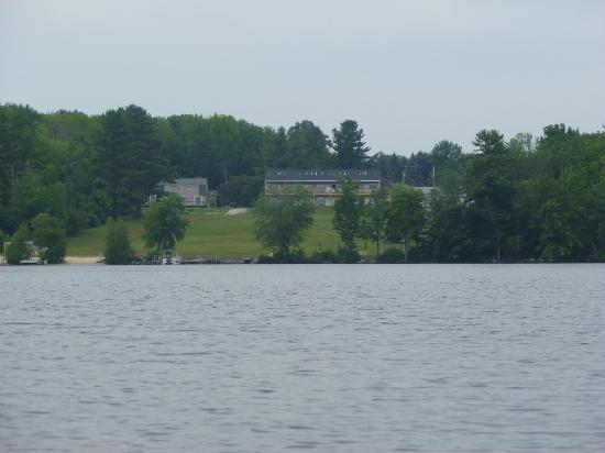 Crescent Lake Inn & Suites: Looking at the Lake Motel and Lake House from Crescent Lake