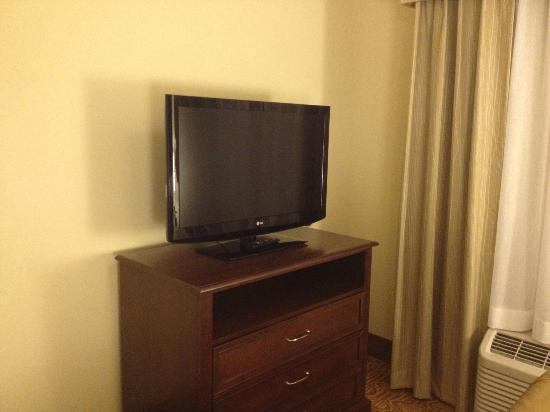 هوموود سويتس باي هيلتون برمنجهام/فيستال: bedroom tv