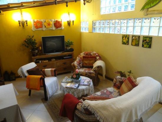 Aratinga Inn: Sala de convivência e café.
