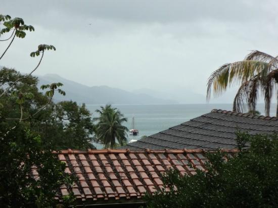 Aratinga Inn: Vista das suítes superiores, olhando para o mar.