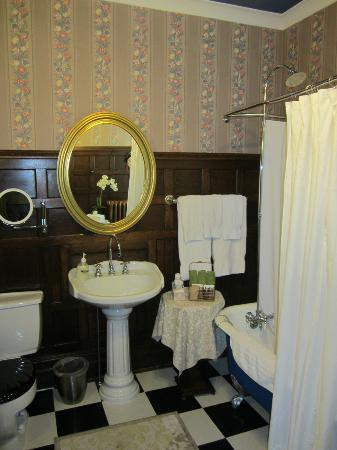 Birmingham Manor Bed and Breakfast: Windsor Room Washroom