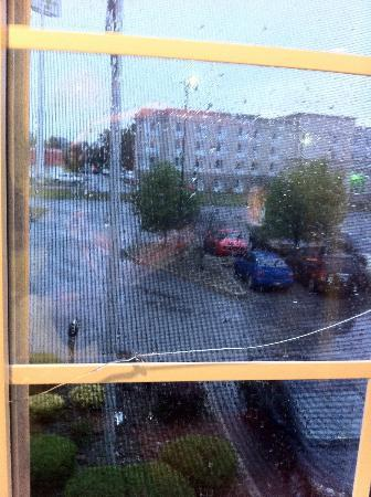 Microtel Inn by Wyndham Beckley: Broken window.
