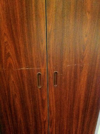 Microtel Inn by Wyndham Beckley: Scratched closet.