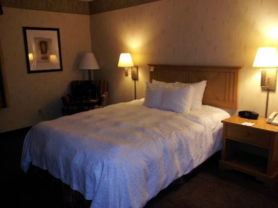 Country Inn & Suites By Carlson, Flagstaff : queen bed