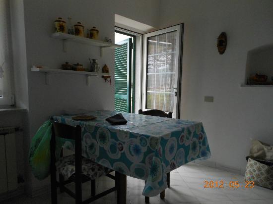 Villino Azzurra: Kitchen dining area