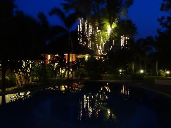 Oriental Kwai Resort: Nighttime pool area