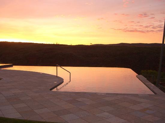Lake Argyle Resort & Caravan Park : Sunrise at the pool!