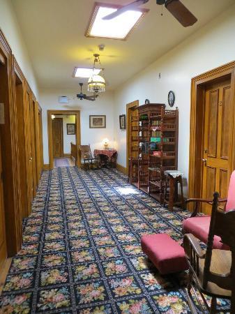 Fallon Hotel: upstairs hallway