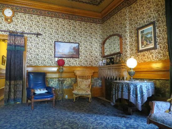 Fallon Hotel: Parlor area