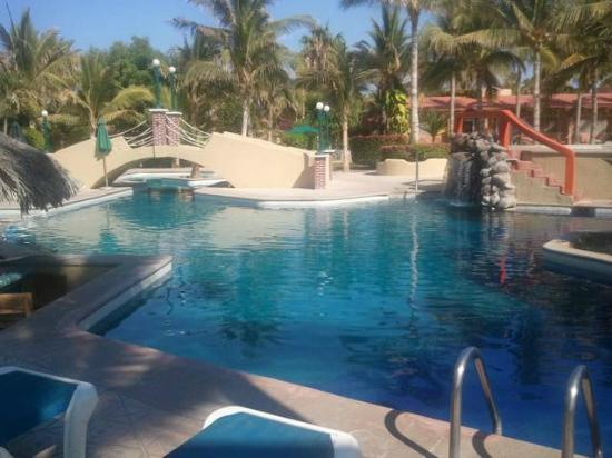 Hotel Buena Vista Beach Resort: This is a nice pool , loved it 20 feet from my room .