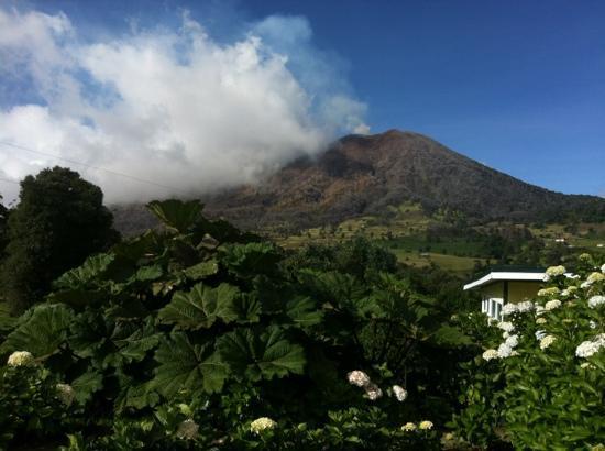 Volcan Turrialba Lodge: Volcán Turrialba...despegado..