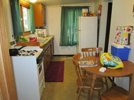 Holiday Shores Campground & Resort: Kitchen of our cottage