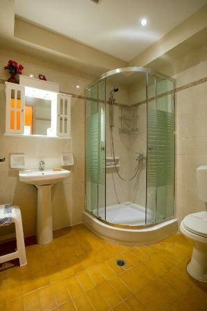 Kaliviani Traditional Hotel: Ensuite bathroom