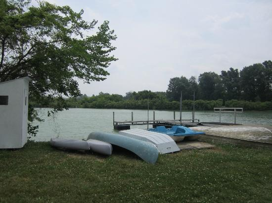 Farrell House Lodge: Complimentary canoeing and kayaking on 10 acre pond
