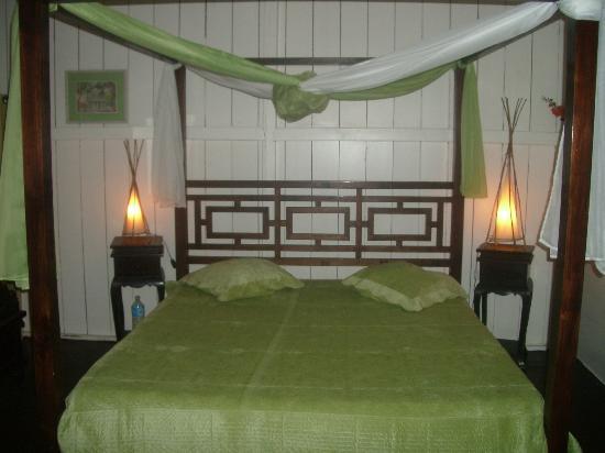 Habitation Anse-Couleuvre: chambre lit baldaquin anis/chocolat