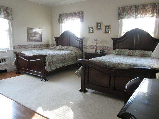 Farrell House Lodge: Room with two queen beds