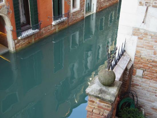 Residenza Ca' San Marco: 2階奥の部屋からの眺め。運河が見えるでゴンドラが通ったりもします。