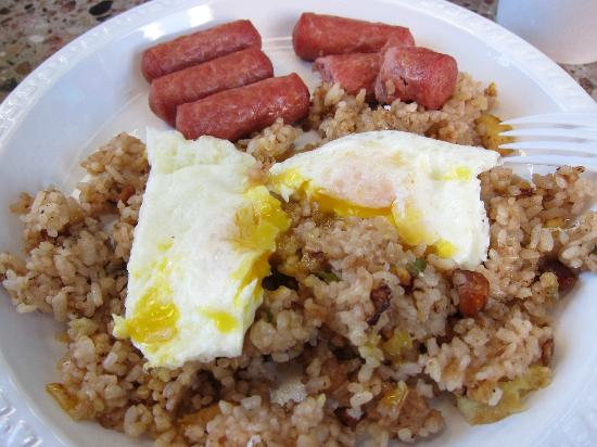 Pine Tree Cafe: Breakfast Plate with Fried Rice and Vienna Sausage