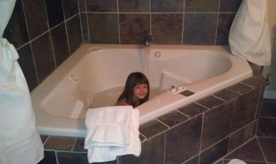 Valle Crucis Bed & Breakfast: National Bank Suite: Huge jacuzzi tub!