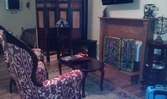 Valle Crucis Bed & Breakfast: National Bank Suite: Sitting area w/ fireplace