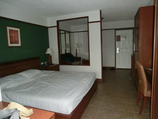 Viangbua Mansion: 大きなベッド