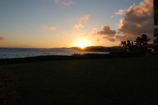 Poipu Shores Resort: Sunset taken directly outside unit